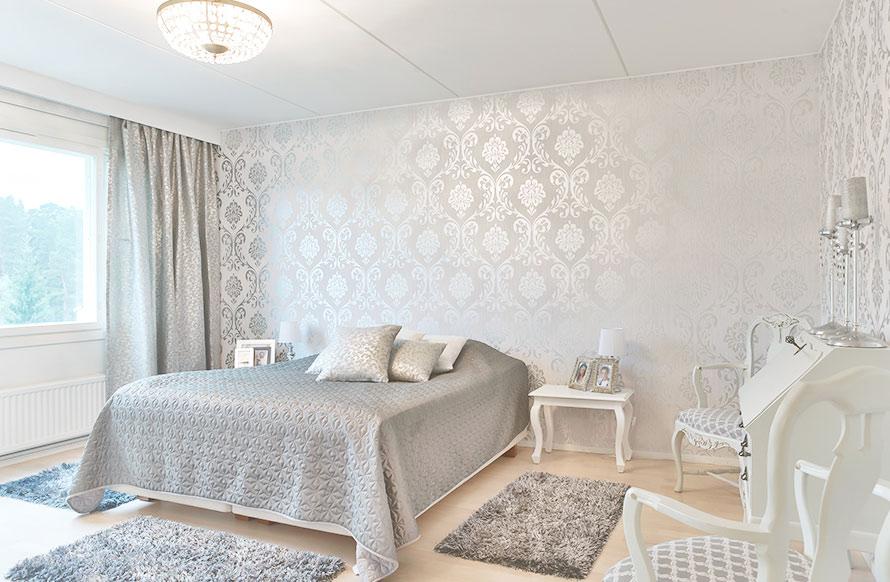 Makuuhuone sai kauniit tapetit seinään.