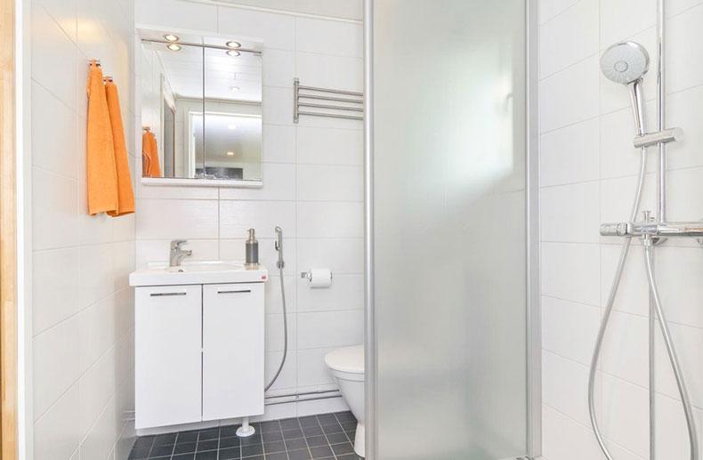 Kylpyhuone joka kunnostettiin Tampereen Kumpulan kohteeseen.