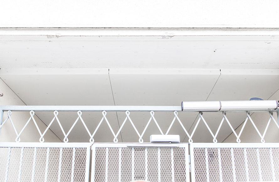 kuva valkoisesta katosta joka on eristetty uretaanilla. Päällä valkoinen julkisivulevy