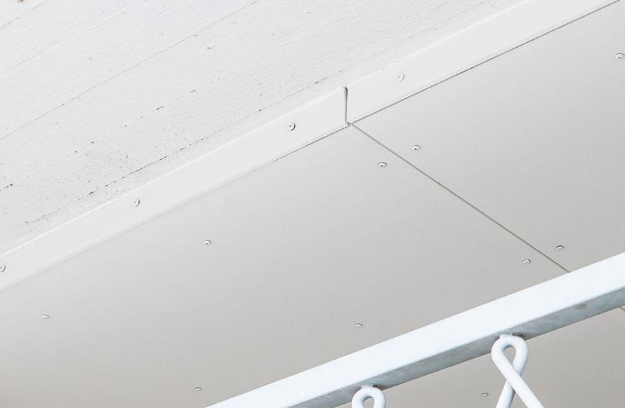 kuva valkoisesta katosta kun eristystyö on tehty